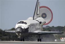 <p>ônibus espacial Discovery pousa no centro espacial Kennedy, na Flórida. 09/03/2011 REUTERS/Pierre Ducharme</p>