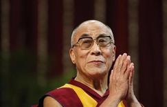 <p>Далай-лама перед выступлением в Унивеситете Мумбаи, 18 февраля 2011 года. Далай-лама объявил в четверг о намерении сложить полномочия политического лидера тибетцев. Тибет входит в состав Китая, который борется с возглавляемыми Далай-ламой сепаратистами. REUTERS/Danish Siddiqui</p>