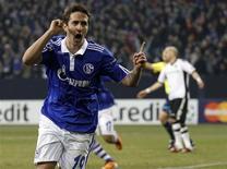 <p>Mario Gavranovic, do Schalke 04, comemora gol contra o Valencia durante partida pela Champions League em Gelsenkirchen. 09/03/2011 REUTERS/Kai Pfaffenbach</p>