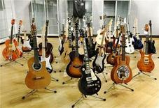 <p>Un grupo de guitarras del rockero británico Eric Clapton en la casa de subasta Bonhams en Nueva York, mar 4 2011. Clapton recaudó 2,15 millones de dólares en una subasta en Nueva York que vendió el miércoles 75 guitarras y 55 amplificadores, triplicando las expectativas previas, dijo el jueves la compañía Bonhams. REUTERS/Brendan McDermid</p>