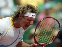 <p>Tenista argentino David Nalbandian comemora ponto contra o romeno Adrian Ungur em partida da Copa Davis, na Argentina, no dia 4 de março de 2011. Nalbandian ficará dois meses fora das quadras recuperando-se de uma cirurgia. 4/03/2011 REUTERS/Enrique Marcarian</p>
