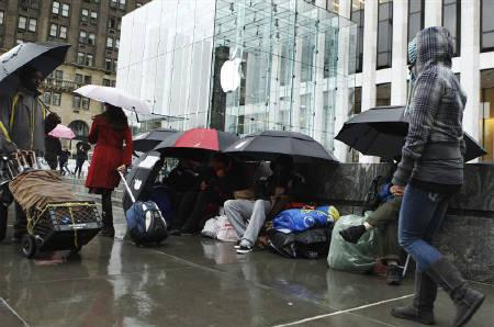 Customers wait in line to purchase the iPad 2 outside an Apple store in New York March 10, 2011. REUTERS/Lucas Jackson