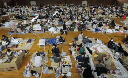 Evacuees, who fled from the vicinity of Fukushima nuclear power plant, sleep at an evacuation center set in a gymnasium in Kawamata, Fukushima Prefecture in northern Japan, March 14, 2011, after an earthquake and tsunami struck the area.  REUTERS/Yuriko Nakao