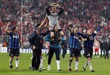"""<p>Футболисты """"Интера"""" радуются победе в игре против """"Баварии"""", 15 марта 2011 года. """"Интер"""" и """"Манчестер Юнайтед"""" пополнили во вторник список команд, пробившихся в 1/4 финала Лиги чемпионов. REUTERS/Michael Dalder</p>"""