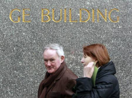 People walk past the General Electric building in New York, January 22, 2010. REUTERS/Brendan McDermid/Files