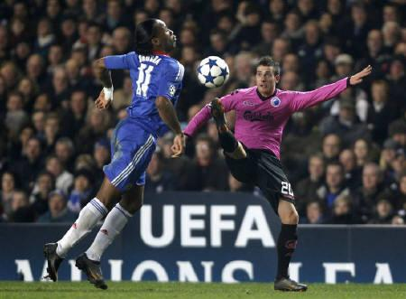 Chelsea's Didier Drogba (L) challenges FC Copenhagen's Martin Vingaard during their Champions League round of 16 second leg soccer match at Stamford Bridge in London March 16, 2011. REUTERS/Stefan Wermuth
