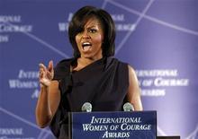 <p>Foto de archivo de la primera dama de Estados Unidos, Michelle Obama, durante los premios International Women of Courage en el departamento de Estados en Washington, mar 8 2011. Obama escribirá un libro sobre el huerto que comenzó en la Casa Blanca y sus esfuerzos por promover una alimentación saludable, dijo el miércoles el grupo editorial Crown. REUTERS/Kevin Lamarque</p>