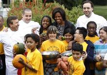 <p>Primeira-dama dos Estados Unidos, Michelle Obama, posa para foto com chefs de cozinha em colheita de outono na horta da Casa Branca, Washington, Estados Unidos, em outubro de 2010. Ela pretende lançar um livro sobre sua experiência com a horta da Casa Branca e alimentação saudável. 20/10/2010 REUTERS/Jason Reed</p>
