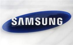 <p>Foto de archivo del logo de la firma Samsung Electronics en su casa matriz de Seúl, mar 19 2010. Samsung Electronics, el principal fabricante mundial de chips de memoria, auguró el miércoles un panorama difícil debido a la creciente competencia, pero dijo que tenía previsto lograr un récord de beneficios este año. REUTERS/Lee Jae-Won</p>