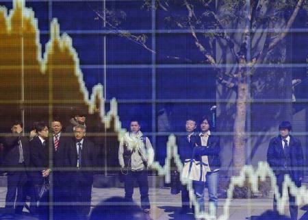 3月18日、G7各国が協調して為替介入に踏み切ったのは、日本発で世界同時株安を引き起こしかねない状況に、歯止めをかけるのが最大の狙いだった。ドル/円のチャート。11日撮影(2011年 ロイター/Toru Hanai)