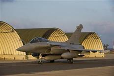 <p>طائرة فرنسية من طراز رافال عقب عودتها إلى فرنسا من مهمة لمراقبة الحظر الجوي فوق ليبيا يوم السبت. (تستخدم الصورة للاغراض التحريرية ويحظر بيعها وتسويقها واستخدامها في حملات اعلانية) -رويترز</p>
