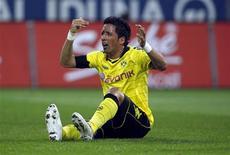 <p>Lucas Barrios, do Borussia Dortmund, reclama depois de se machucar durante partida contra o Mainz 05 pelo Campeonato Alemão, em Dortmund. 19/03/2011 REUTERS/Ina Fassbender</p>
