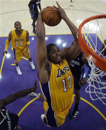 Los Angeles Lakers' Andrew Bynum fights for a rebound with Orlando Magic's Dwight Howard (R) during the first half of their NBA basketball game in Los Angeles, California March 14, 2011. REUTERS/Lucy Nicholson