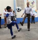 <p>El presidente de Estados Unidos, Barack Obama, juega al fútbol el domingo con un niño en su visita a una favela en Río de Janeiro. Mar 20, 2011. REUTERS/Jason Reed</p>