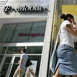 <p>L'américain AT&T va débourser 39 milliards de dollars (27,5 milliards d'euros), dont 25 milliards en cash et le reste en titres, pour racheter à l'allemand Deutsche Telekom sa filiale T-Mobile USA. /Photo d'archives/REUTERS/Brendan McDermid</p>