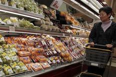 <p>Женщина выбирает продукты в японском магазине в Гонконге 21 марта 2011 года. Полиция восточной китайской провинции Чжэцзян приговорила мужчину к 10 дням тюрьмы и штрафу 500 юаней ($76,13) за распространение в интернете слухов о радиации, сообщил сайт газеты People's Daily в понедельник. REUTERS/Tyrone Siu</p>