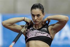 <p>A recordista Yelena Isinbayeva se prepara para salto com vara em competição realizada em Moscou, na Rússia, em fevereiro de 2011. A campeã deve poder voltar a treinar em Volgogrado, sua cidade natal. 06/02/2011 REUTERS/Alexander Natruskin</p>