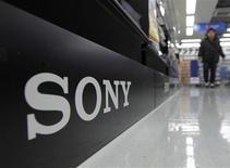 <p>Sony a déclaré que la pénurie de pièces et de matériaux pourrait le contraindre de réduire ou suspendre la production dans cinq usines supplémentaires au Japon après le séisme et le tsunami qui ont frappé le nord-est du pays le 11 mars. /Photo d'archives/REUTERS/Kim Kyung-Hoon</p>