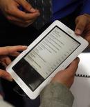 <p>Microsoft a déposé lundi plusieurs plaintes contre le libraire en ligne Barnes & Noble pour violation de brevets, assurant que sa liseuse Nook fonctionnant sous Android utilisait plusieurs de ses technologies. /Photo d'archives/ REUTERS/Jessica Rinaldi</p>