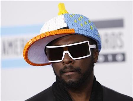 will.i.am from The Black Eyed Peas arrives at the 2010 American Music Awards wearing a cap made up of plastic blocks, in Los Angeles November 21, 2010. REUTERS/Danny Moloshok