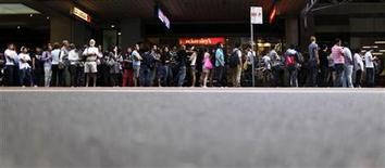 <p>Покупатели стоят в очереди перед магазином Apple в Сиднее, 25 марта 2011 года. Сотни покупателей выстроились в очередях у магазинов Apple в Австралии и Новой Зеландии в пятницу, ожидая начала продаж планшета iPad 2, предыдущая версия которого стала хитом во всем мире. REUTERS/Tim Wimborne</p>