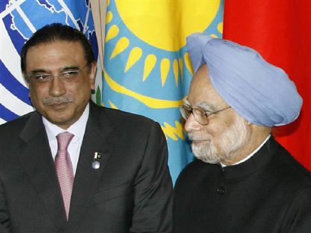 Pakistani President Asif Ali Zardari (L) and  Prime Minister Manmohan Singh proceed at the Shanghai Cooperation Organisation (SCO) summit in Yekaterinburg, June 16, 2009.   REUTERS/Sergei Karpukhin/Files
