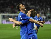 <p>Thiago Motta (esquerda), da Itália, comemora gol com colega Antonio Cassano (direita) contra a Eslovênia em partida da Eurocopa de 2012 em Liubliana, Eslovênia. 25/03/2011 REUTERS/Srdjan Zivulovic</p>