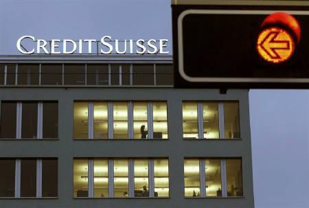 A traffic light is seen in front of an office building of Swiss bank Credit Suisse in Zurich February 24, 2011. REUTERS/Arnd Wiegmann/Files