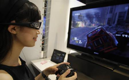 An attendant demonstrates Sony's 3D game on the PlayStation 3 game console at Tokyo Game Show in Chiba, east of Tokyo September 16, 2010. REUTERS/Yuriko Nakao