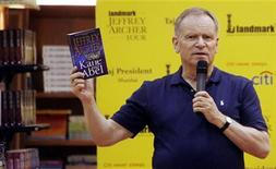 <p>British novelist Jeffrey Archer speaks during an event in Mumbai May 13, 2009. REUTERS/Punit Paranjpe</p>