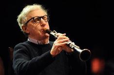 """<p>Diretor de cinema norte-americano Woody Allen toca clarinete em concerto com a banda """"The New Orleans Jazz Band"""" na cerimônia de inauguração do Centro Niemeyer Center, em Avilés, Espanha, no dia 25 de março de 2011. A banda é formada por Allen e seis outros músicos de jazz. 25/03/2011 REUTERS/Eloy Alonso</p>"""