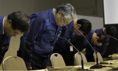 3月29日、福島第1原発電所の事故収拾が長引く一方で、東京電力の経営危機を先取りして同社の再建策をめぐる議論が水面下で政府部内で始まった。写真は28日の東電の藤本副社長らの会見(2011年 ロイター/Toru Hanai)