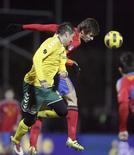 <p>Fernando Llorente (à dir.), da Espanha, luta pela bola com Andrius Skerla, da Lituânia, durante partida das eliminatórias para a Eurocopa de 2012, em Kaunas. 29/03/2011 REUTERS/Ints Kalnins</p>