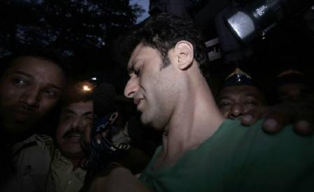 Bollywood actor Shiney Ahuja (C) leaves the Arthur Road Jail in Mumbai October 3, 2009. REUTERS/Stringer/Files