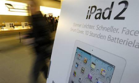 3月31日、台湾の友達光電は、米アップルのタブレット型端末「iPad(アイパッド)2」向け平面ディスプレーの生産を受注した。写真は25日、チューリヒのアップルストアで撮影(2011年 ロイター/Christian Hartmann)