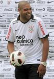 <p>O atacante Adriano sorri durante apresentação no Corinthians. 31/03/2011 REUTERS/Nacho Doce</p>