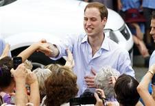 <p>Foto de archivo del El príncipe Guillermo de Inglaterra durante su visita al pueblo de Kerang, Asutralia, mar 21 2011. El príncipe Guillermo de Inglaterra ha admitido que está nervioso e intimidado por su boda con Kate Middleton en cuatro semanas. REUTERS/Mick Tsikas</p>
