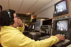 <p>Foto de archivo de un trabajador de la estación Televisa durante el proceso de digitalización de videos, Ciudad de México, ene 26 2000. El gigante de medios mexicano Grupo Televisa dijo que acordó adquirir el 41.7 por ciento que no poseía de su subsidiaria de TV por cable Cablemás por unos 397 millones de dólares. REUTERS/Andrew Winning</p>