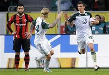 <p>Mario Mandzukic (direita) e Simon Kjaer (centro), do VfL Wolfsburg, comemoram gol ao lado de Georgios Travellas (esquerda), do Eintracht Frankfurt, em partida do Campeonato Alemão, em Wolfsburg. 03/04/2011 REUTERS/Fabian Bimmer</p>