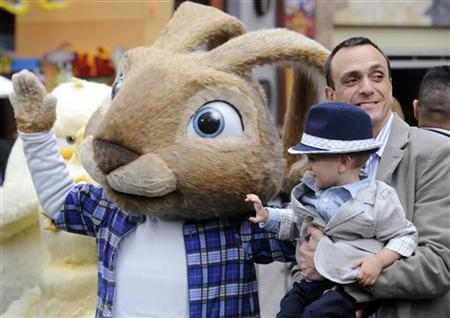 Cast member Hank Azaria (R) and son Hal attend the premiere of the film ''Hop'' in Los Angeles March 27, 2011. REUTERS/Phil McCarten