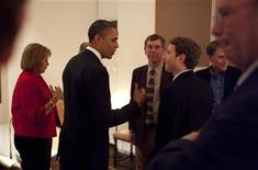 <p>Presidente dos EUA, Barack Obama, fala com presidente-executivo do Facebook, Mark Zuckerberg, antes de encontro com líderes da indústria de tecnologia, na Califórnia, em fevereiro de 2011. Obama lançará um fórum sobre economia com Zuckerberg em 20 de abril, segundo a Casa Branca. 17/02/2011 REUTERS/Pete Souza/Casa Branca/ Divulgação</p>