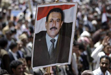 Supporters of Yemen's President Ali Abdullah Saleh carry a poster of him during a rally to show their support in Sanaa April 1, 2011. REUTERS/Khaled Abdullah