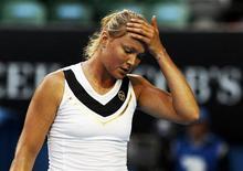 <p>Динара Сафина после матча на турнире Australian Open в Мельбурне 18 января 2011 года. Российская теннисистка Динара Сафина завершила выступление на турнире Andalucia Open, отказавшись от продолжения борьбы в матче 1/4 финала. REUTERS/Petar Kujundzic</p>