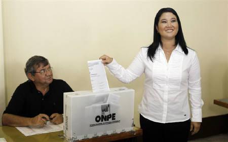 4月10日、ペルーの選管当局は大統領選挙の開票率18.2%の中間結果を発表。フジモリ元大統領の長女ケイコ氏が3位につけている。写真右は投票を行う同氏(2011年 ロイター/Mariana Bazo)