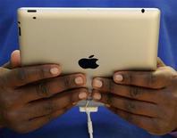 <p>La domination de l'iPad d'Apple sur le marché naissant des tablettes numériques ne devrait pas être menacée avant plusieurs années, tandis que Google rattrapera son retard, selon le cabinet d'études Gartner qui prévoit que quelque 70 millions de tablettes seront vendues cette année. /Photo prise le 25 mars 2011/REUTERS/Luke MacGregor</p>