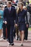 <p>El príncipe Guillermo de Inglaterra junto a su novia, Kate Middleton, durante una visita al parque Witton Country en Darwen, Inglaterra, abr 11 2011. Una multitud de admiradores desafió el lunes un chaparrón en el norte de Inglaterra para saludar al Príncipe Guillermo y Kate Middleton mientras participaban de su último compromiso oficial antes de la boda. REUTERS/Darren Staples</p>