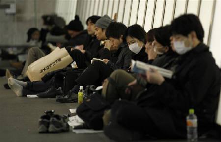 4月10日、東京都は過去数十年にわたり、大規模地震を想定した防災対策を検討してきたが、東日本大震災から1カ月がたち、従来の想定を見直すべきとの声が。写真は3月11日、都内の避難所を利用する帰宅困難者(2011年 ロイター/Kim Kyung-Hoon)