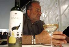 <p>Bosnian Journalist and wine maker Alija Lizde talks with a Reuters journalist during the Vinitaly wine expo in Verona, April 8, 2011. REUTERS/Stefano Rellandini</p>