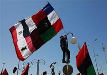 <p>Демонстранты на акции протеста в Бенгази, 11 апреля 2011 года. Министры иностранных дел встретятся в среду в Катаре, чтобы обсудить будущее Ливии. Некоторые из них призывают активнее бомбить силы Муаммара Каддафи, опасаясь, что кровопролитие в североафриканской стране может затянуться надолго. REUTERS/Andrew Winning</p>