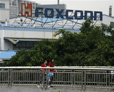 Foxconn workers walk on a footbridge outside a Foxconn factory building in the township of Longhua, in southern Guangdong province June 2, 2010. REUTERS/Bobby Yip